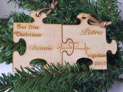 Houten puzzelstukken eerste kerst samen